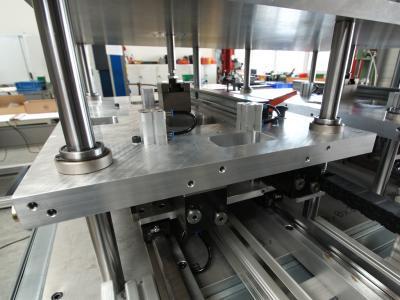 Vertikaler Verschiebeschlitten zum Anpressen der Ölwanne gegen die Dichtplatte